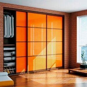 встроенный шкаф купе оранжевого цвета