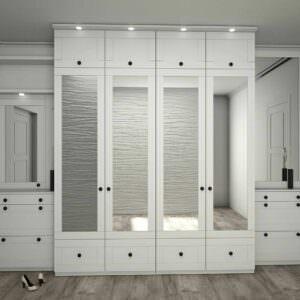прихожая белого цвета с зеркальными дверьми