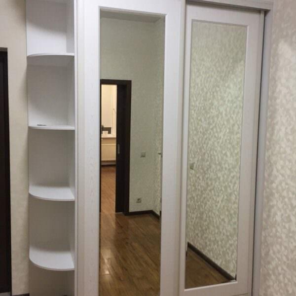 Белый шкаф-купе с зеркалом в прихожую