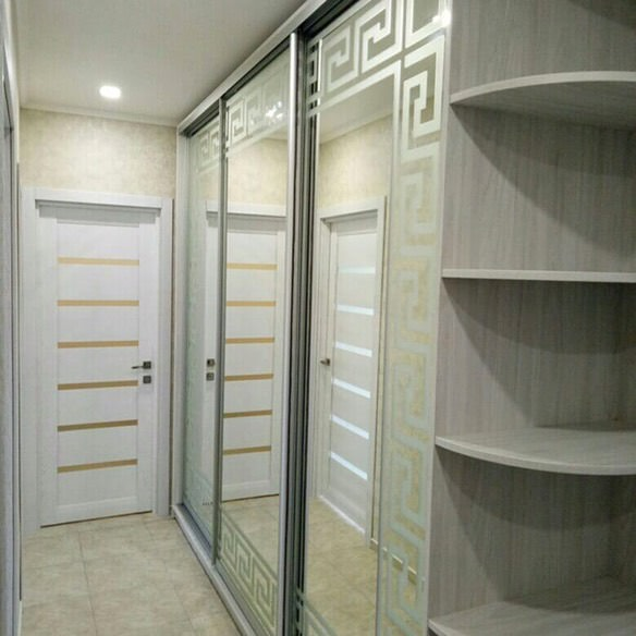 Современный шкаф-купе в прихожую с зеркалом