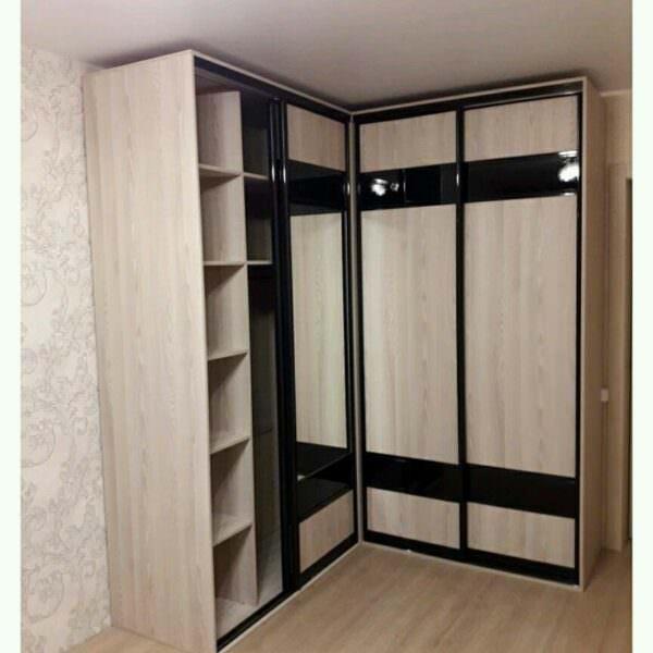 Угловой шкаф-купе в спальню с зеркалами
