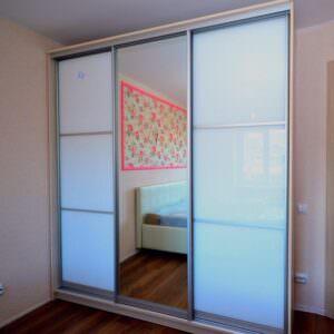 Белый шкаф-купе в спальню с зеркалом