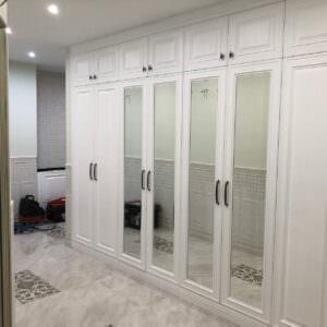 большая встроенная белая прихожая с зеркалами