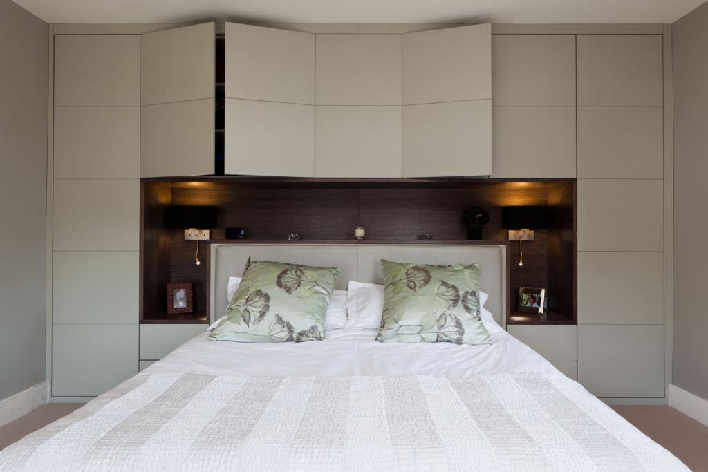 спальня с комодами вокруг кровати дизайн фото колонии
